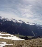 Trotz Frühjahr marschierten wir weiter auf den Gipfelstartplatz. Gemäß der alten Regel: bei Warmluft hoch starten und hoch bleiben