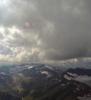 Di_15: Mit einer Spur nahe am Wolkenrand konnte ich gut die Höhe einstellen – Blick Richtung Ridnaun-Talschluss und Stubaier Alpen
