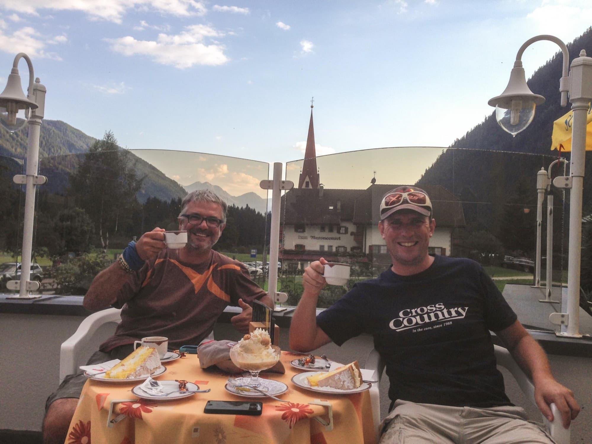Mi_39: die Vereinskumpanen Bernd Humpl und Werner Luidolt beim genüsslichen Verfolgen des Livetrackings